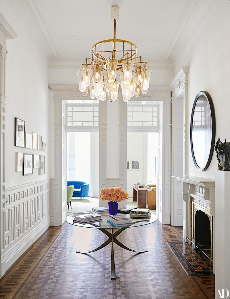 A Murano glass chandelier by Seguso for Vica illuminates the foyer.