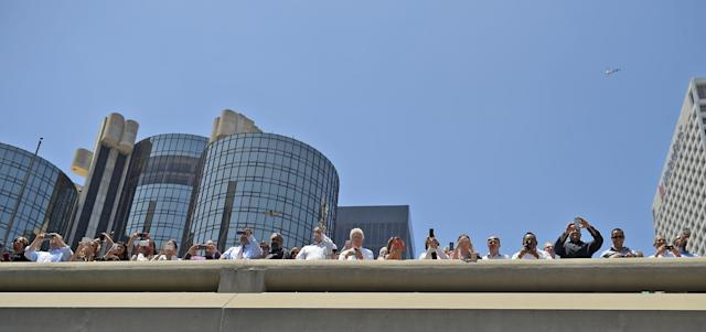 Fans of the Los Angeles Kings, watch the victory parade from an overpass in downtown Los Angeles, Monday, June 16, 2014. The parade and rally were held to celebrate the Los Angeles Kings' second Stanley Cup championship in three seasons. (AP Photo/Mark J. Terrill)