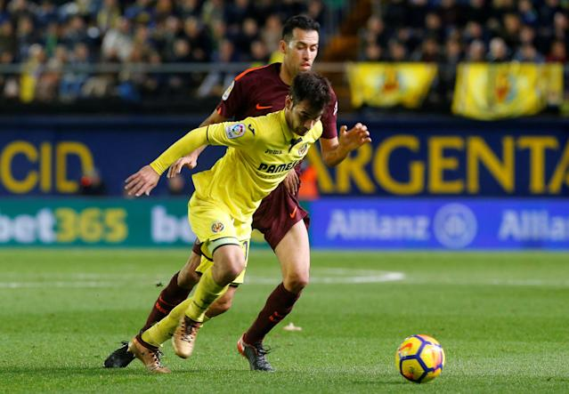 Soccer Football - La Liga Santander - Villarreal vs FC Barcelona - Estadio de la Ceramica, Villarreal, Spain - December 10, 2017 Barcelona's Sergio Busquets in action with Villarreal's Manu Trigueros REUTERS/Heino Kalis