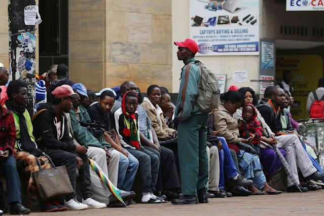 <p>Zimbabweans queue outside a bank to withdraw cash as armed soldiers patrol the streets in Harare, Wednesday, Nov. 15, 2017. (Photo: AP) </p>