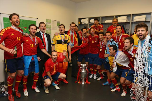 KIEV, UKRAINE - JULY 01: Spanish president Mariano Rajoy and Prince Felipe of Spain pose with the Spain team in the dressing room and following the UEFA EURO 2012 final match between Spain and Italy at the Olympic Stadium on July 1, 2012 in Kiev, Ukraine. (Photo by Handout/UEFA via Getty Images)