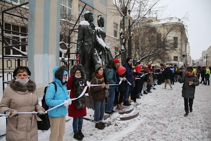 """<span class=""""caption"""">Women form a human chain on Feb. 14 in central Moscow to support jailed opposition leader Alexei Navalny, his wife Yulia Navalnaya and other political prisoners. </span> <span class=""""attribution""""><a class=""""link rapid-noclick-resp"""" href=""""https://www.gettyimages.com/detail/news-photo/women-some-of-them-wearing-face-mask-to-protect-against-news-photo/1231163666?adppopup=true"""" rel=""""nofollow noopener"""" target=""""_blank"""" data-ylk=""""slk:Mikhail Svetlov/Getty Images"""">Mikhail Svetlov/Getty Images</a></span>"""