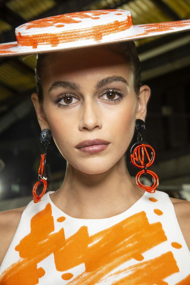 <p>Model Kaia Gerber wore spidery black lashes and a '90s-inspired nude lipstick backstage at Moschino.</p>