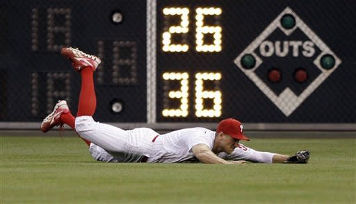 Philadelphia Phillies right fielder Hunter Pence dives to catch a fly-out by New York Mets' Andres Torres in the first inning of a baseball game, Wednesday, May 9, 2012, in Philadelphia. (AP Photo/Matt Slocum)