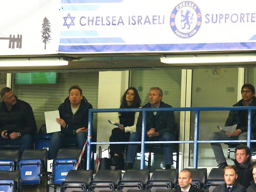 Conte (R) watching the match with Abramovich and Leonid Slutsky (Getty)