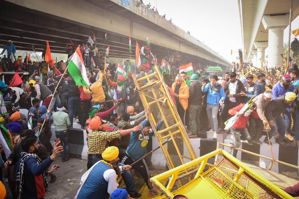 Violent protesters removing police barricades from the road during the demonstration. Photo: Manish Rajput/SOPA Images/LightRocket via Getty Images