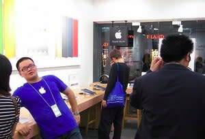 Faux Apple Store employee