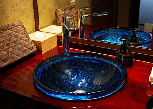 ▲A custom designed lacquer washbasin