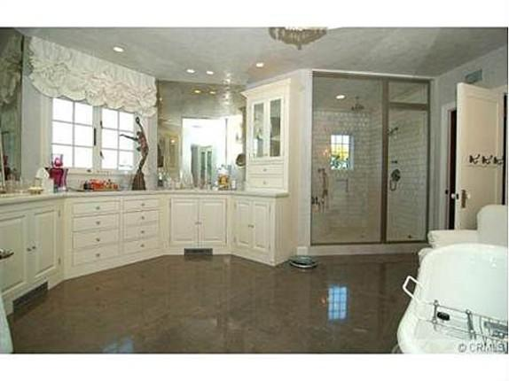 <p>One of 10 bathrooms in Jessica Simpson's luxurious new mansion.</p>