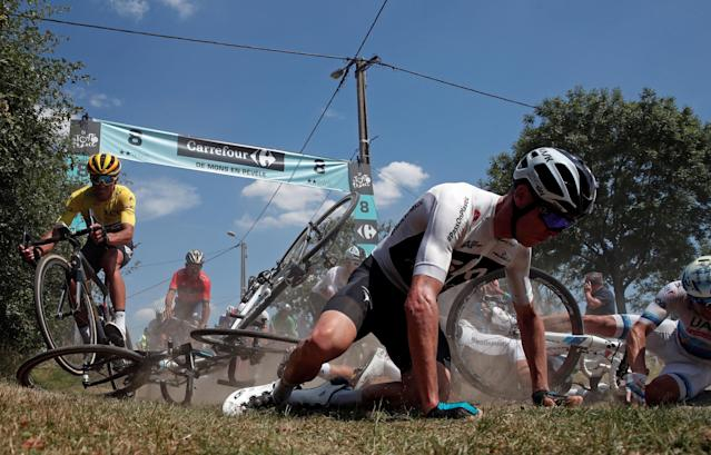 """Team Sky rider Chris Froome of Britain crashes as BMC Racing Team rider <a class=""""link rapid-noclick-resp"""" href=""""/olympics/rio-2016/a/1231604/"""" data-ylk=""""slk:Greg Van Avermaet"""">Greg Van Avermaet</a> of Belgium in the overall leader's yellow jersey escapes the crash. (Reuters)."""