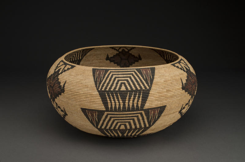 Tina Charlie Mono Lake Paiute, 1869-1962 Bowl basket, 1928. 10 x 20 inches Split sedge root, dyed bracken fern root, split winter redbud shoots, willow shoots Collection of Malee and Wayne Thompson Photo Credit: Craig Smith, Heard Museum