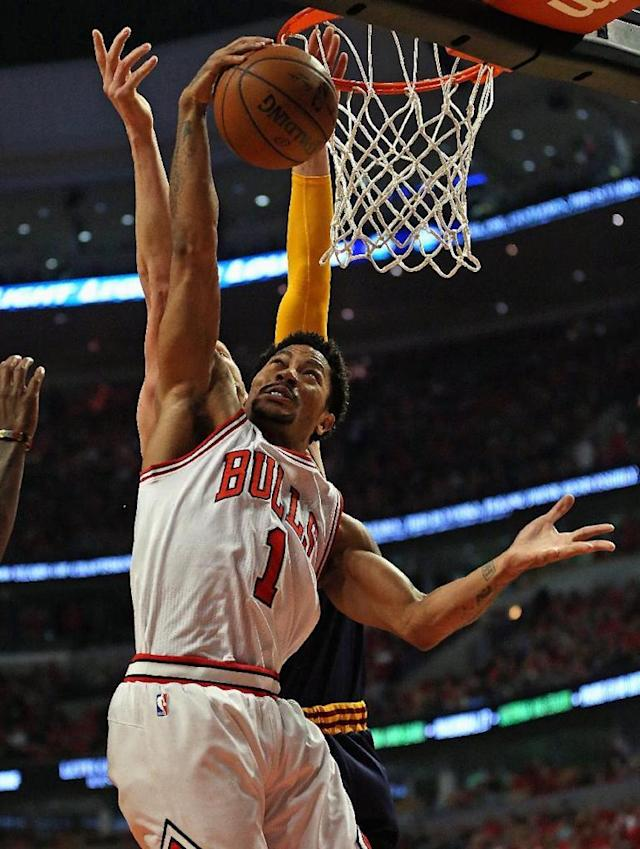 CHICAGO, IL - MAY 10: Derrick Rose #1 of the Chicago Bulls grabs a rebound in front of Timofey Mozgov #20 of the Cleveland Cavaliers in Game Four of the Eastern Conference Semifinals of the 2015 NBA Playoffs at the United Center on May 10, 2015 in Chicago, Illinois. NOTE TO USER: User expressly acknowledges and agress that, by downloading and or using the photograph, User is consenting to the terms and conditions of the Getty Images License Agreement. Jonathan Daniel/Getty Images/AFP (AFP Photo/Jonathan Daniel)