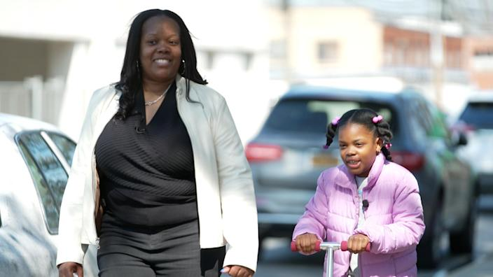 Nicole Johnson and her daughter Khloe. / Credit: CBS News