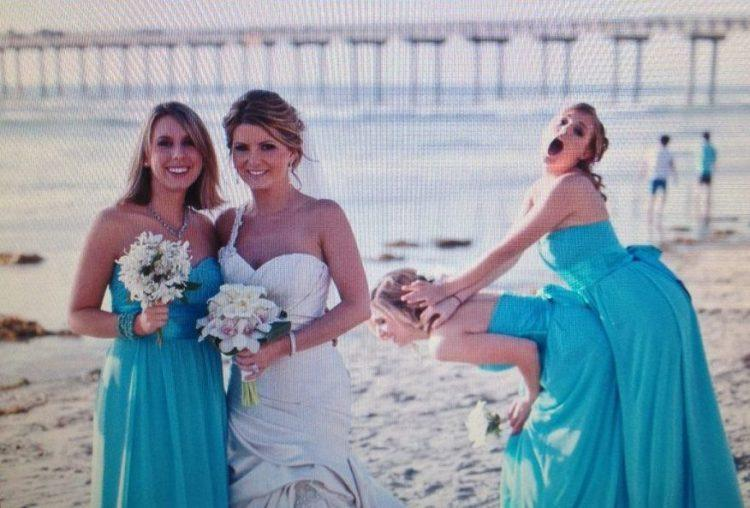 "<p>""My sister can't even take a normal wedding photo."" [Photo: Awkward Family Photos] </p>"
