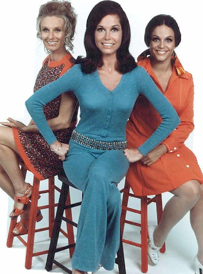 """US actress Mary Tyler Moore (C) with Cloris Leachman (L) and Valerie Harper in a scene from """"The Mary Tyler Moore Show"""" (AFP Photo/)"""