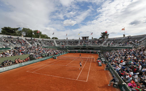 Osaka hangs tough at French Open; Williams, Djokovic win