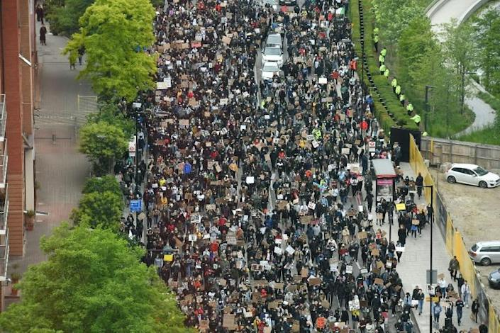 Thousands of people joined a protest outside parliament in London (AFP Photo/JUSTIN TALLIS)