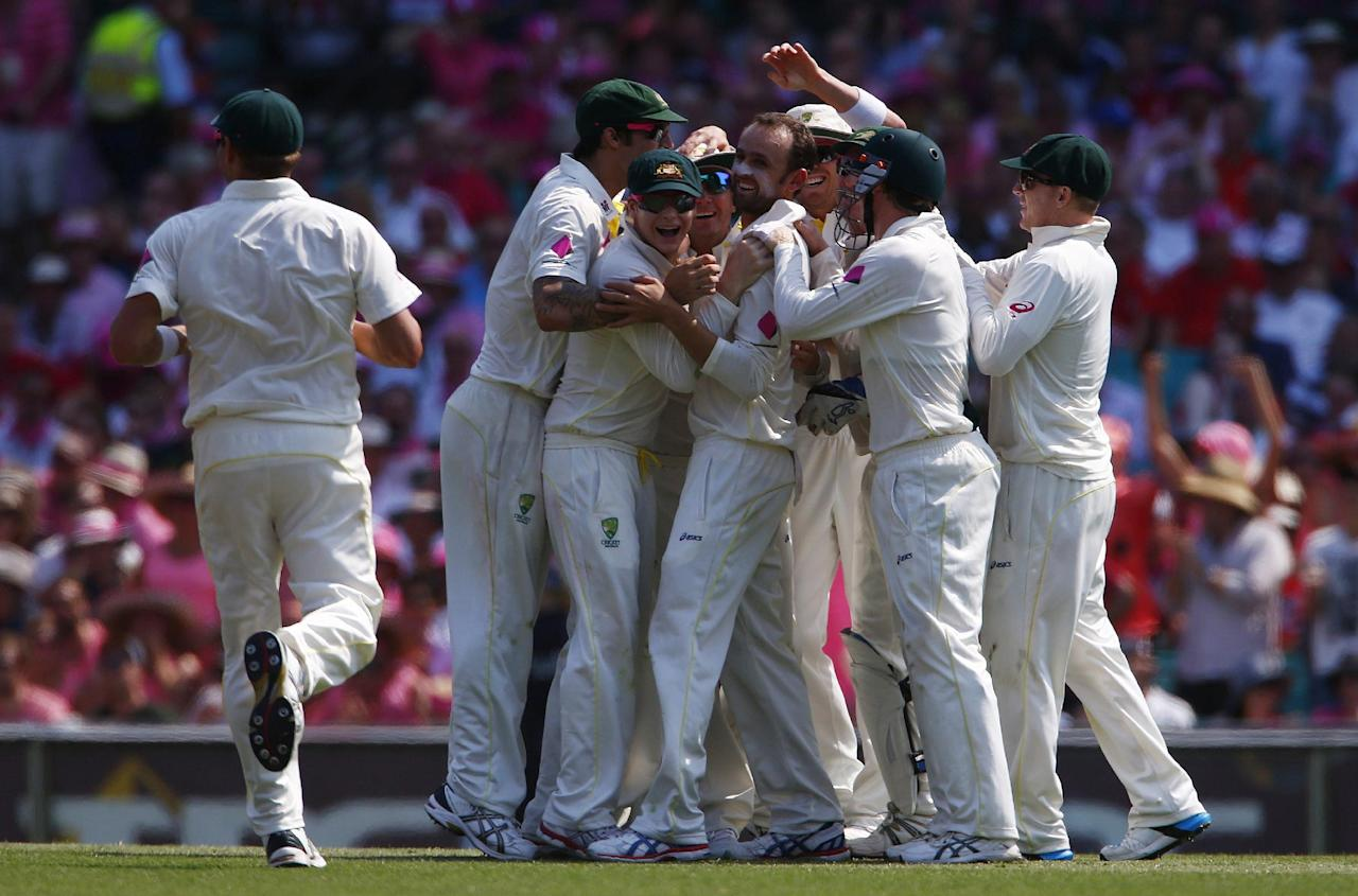 Australia's Nathan Lyon (C) celebrates with teammates after taking the wicket of England's Scott Borthwick during the third day of the fifth Ashes cricket test at the Sydney cricket ground January 5, 2014. REUTERS/David Gray (AUSTRALIA - Tags: SPORT CRICKET)