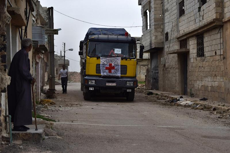 A truck from the Red Crescent and International Committee of the Red Cross carrying international aid arrives in the rebel held village of Teir Maalah, on the northern outskirts of Homs, on April 21, 2016 (AFP Photo/Mahmoud Taha)
