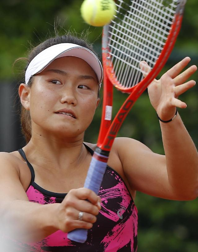 Grace Min of the U.S, returns the ball to Spain's Garbine Muguruza during the first round match of the French Open tennis tournament at the Roland Garros stadium, in Paris, France, Sunday, May 25, 2014. (AP Photo/Michel Euler)
