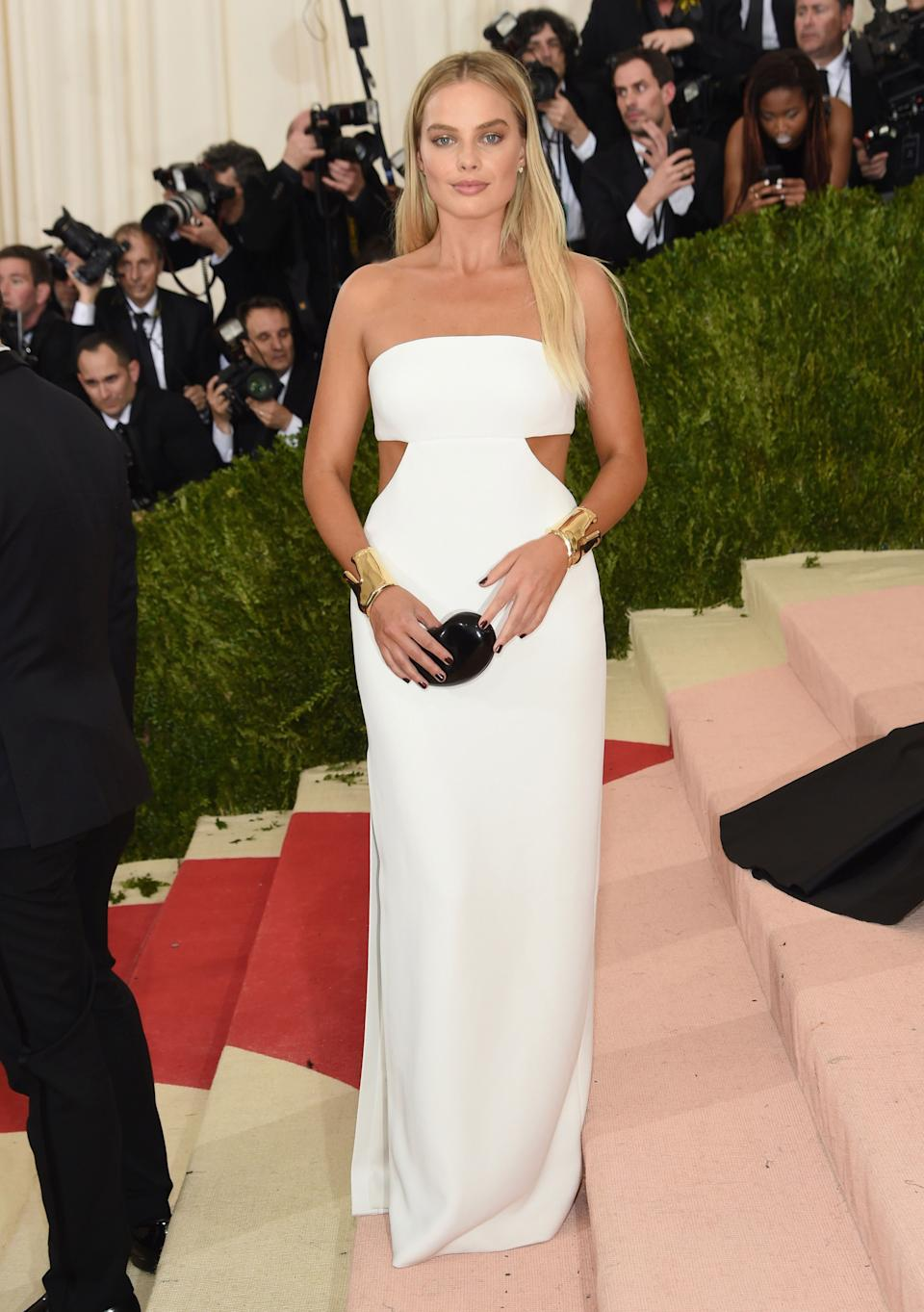 """<h1 class=""""title"""">Margot Robbie in a Calvin Klein Collection dress and Tiffany & Co. jewelry</h1><cite class=""""credit"""">Photo: Getty Images</cite>"""