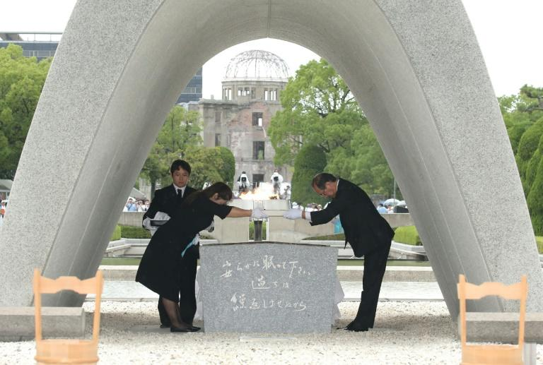 Hiroshima Mayor Kazumi Matsui (R) used the 74th anniversary of the atomic bombing of the city to urge the administration to sign the UN treaty on the prohibition of nuclear weapons (AFP Photo/JIJI PRESS)