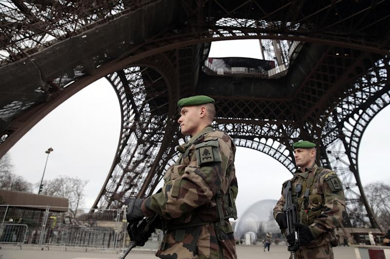 Soldiers patrol in Paris as the capital was placed on the highest alert status after an attack on French satirical newspaper Charlie Hebdo (AFP Photo/Joel Saget)