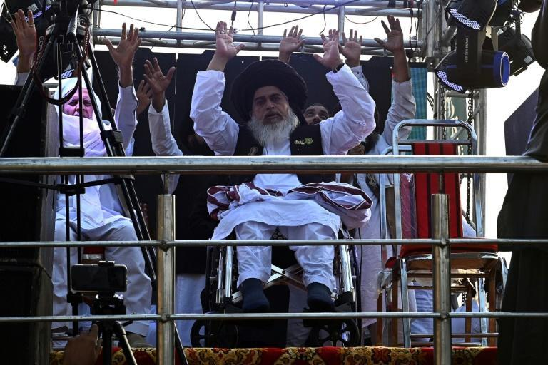 Khadim Hussain Rizvi (C), leader of Tehreek-e-Labbaik Pakistan, is seen here at an anti-France protest in October 2020 -- he has passed away at the age of 54