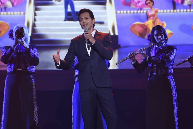 <p>The actor performs a new song from the upcoming Pixar film <em>Coco</em> to close the animation panel. (Photo: Disney) </p>