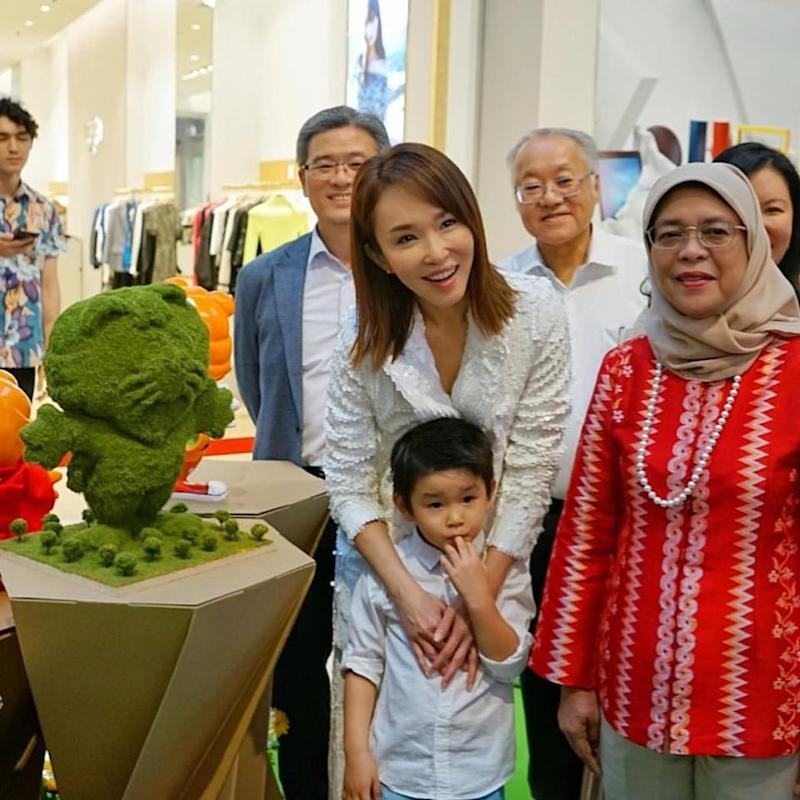 Local artiste Fann Wong poses with President Halimah Yacob alongside her design (PHOTO: Fann Wong's Facebook account)