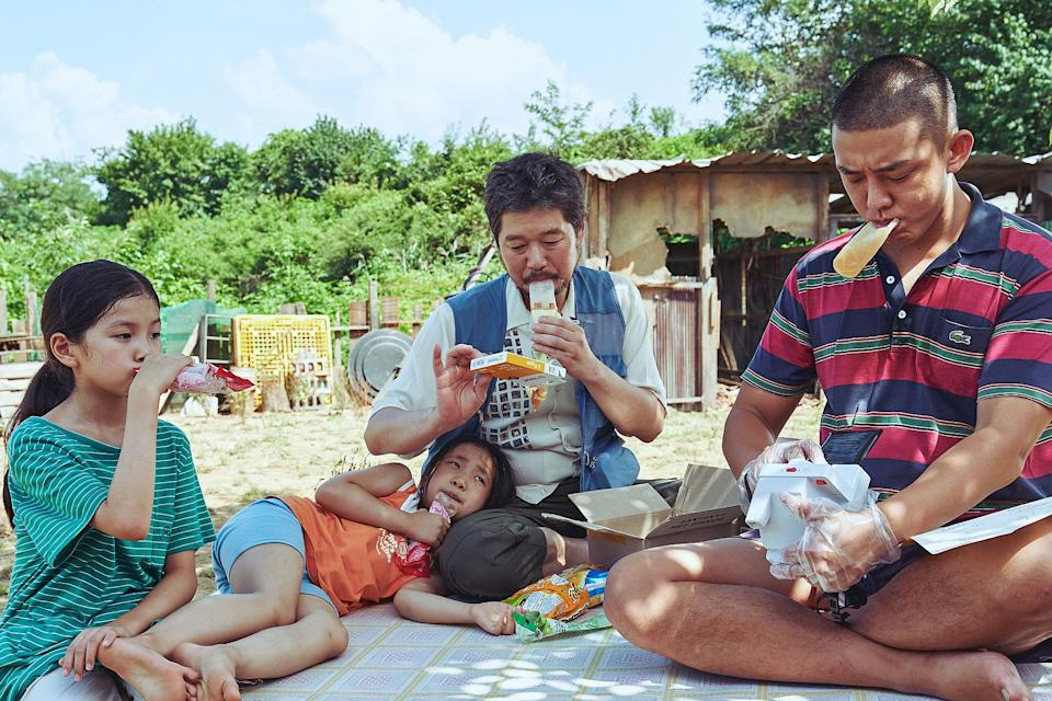 Cho-hee (Moon Seung-ah), Moon-Ju (Lee Ga-eun), Chang-bok (Yoo Jae-myung), and Tae-in (Yoo Ah-in) share a meal in Voice Of Silence. (PHOTO: Golden Village Pictures)