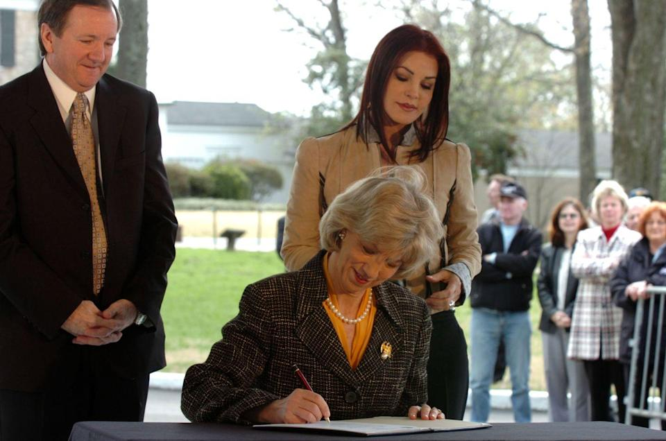 <p>The Department of Interior made Graceland a National Historic Landmark in 2006. The family was joined by the president of Elvis Presley Enterprises for the signing ceremony. </p>