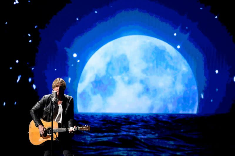 Keith Urban test drives live concert at drive-in movie theater