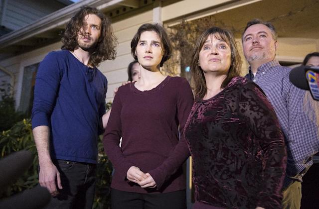 Amanda Knox (C) speaks to the media during a brief press conference in front of her parents' home March 27, 2015 in Seattle, Washington (AFP Photo/Stephen Brashear)
