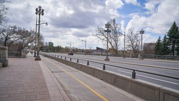 The Portage Bridge over the Ottawa River hosted police checkpoints in the spring of 2020 for police in Gatineau to control who entered Quebec. (David Richard/Radio-Canada - image credit)