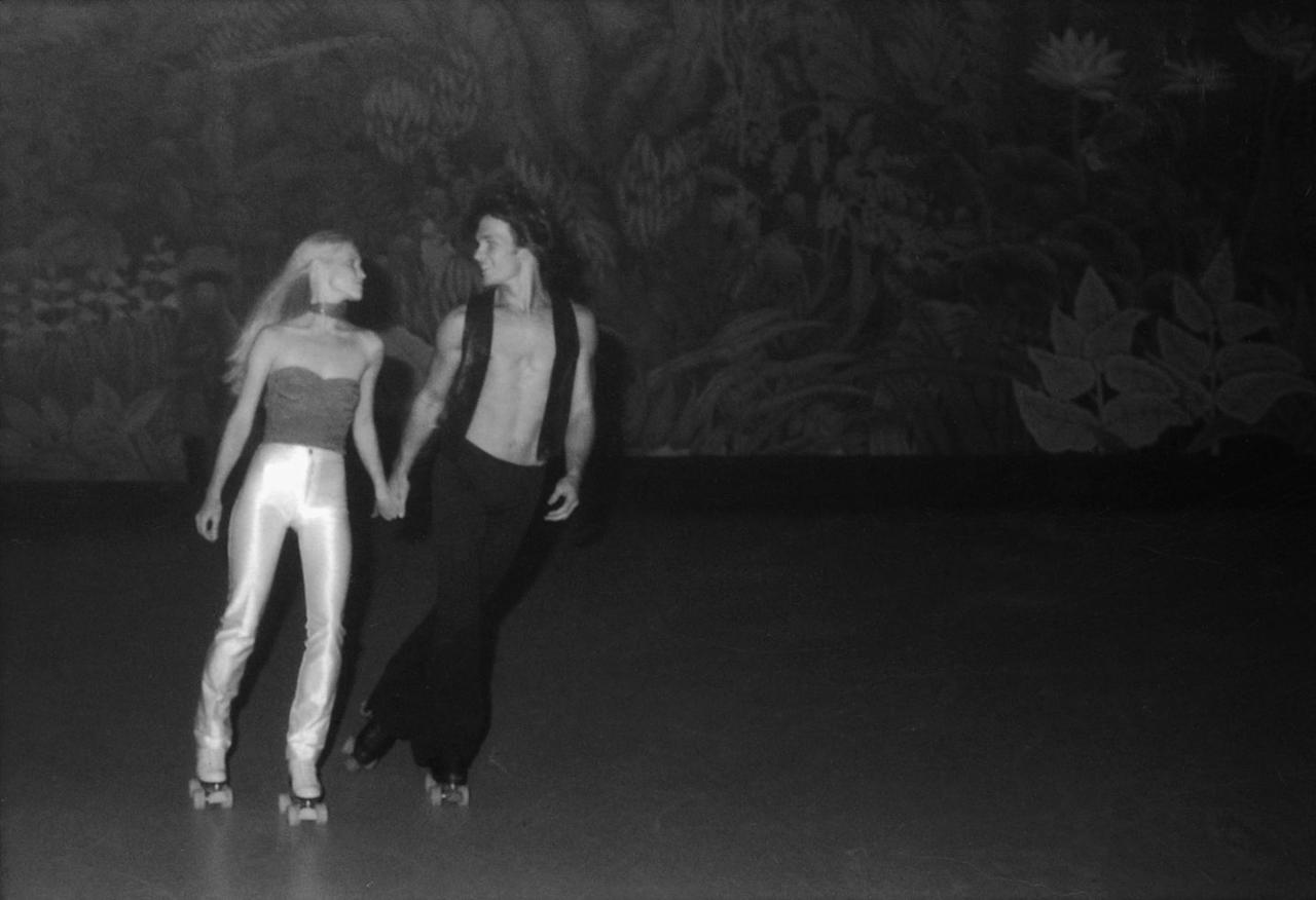 <p>Look closely and you can see that's Patrick Swayze with his wife, Lisa Niemi, rollerskating in L.A. in October 1979.</p>