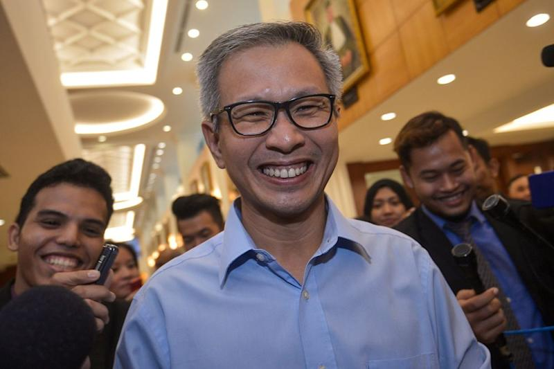 Damansara MP Tony Pua speaks to reporters at Parliament in Kuala Lumpur August 16, 2018. ― Picture by Mukhriz Hazim