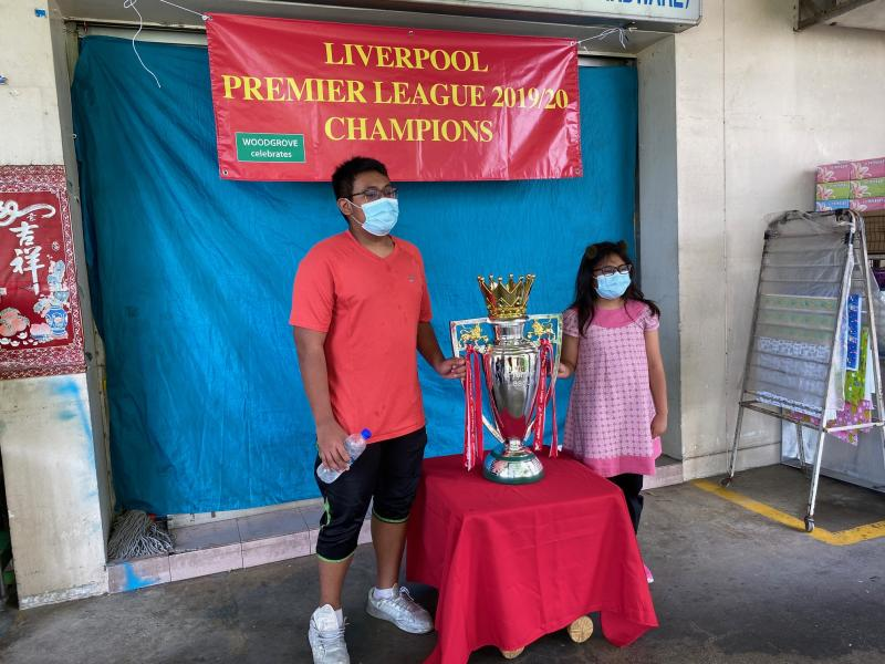 Liverpool fans taking photos with replica EPL trophy in Singapore. (PHOTO: Chia Han Keong/Yahoo News Singapore)