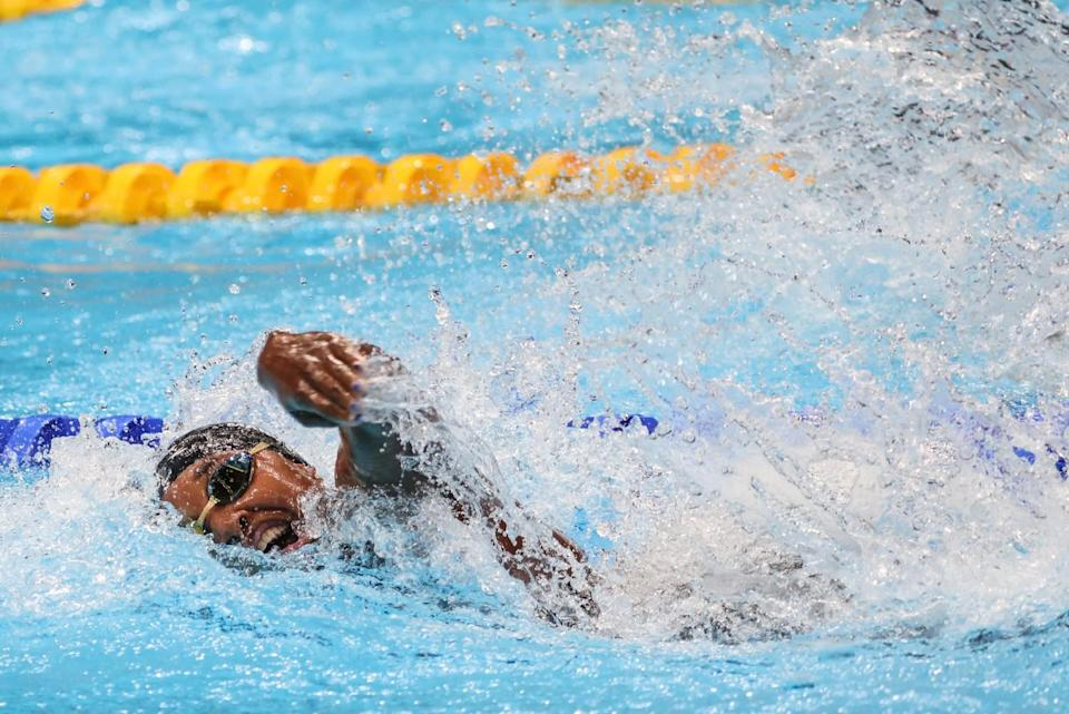 USA's Simone Manual swims the anchor leg of the Women's 4x100m Freestyle Relay.