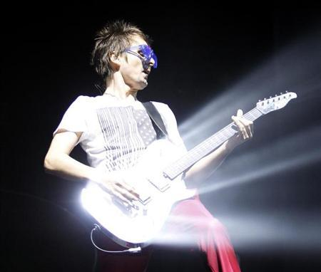 "Matthew Bellamy of ""Muse"" performs at the Coachella Music Festival in Indio, California April 17, 2010. REUTERS/Mario Anzuoni"