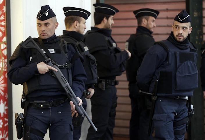 Security Police Forces stand guard outside the Jewish Community Center where three soldiers patrolling were attacked by a man with a bladed weapon on February 3, 2015 in Nice, France (AFP Photo/Valery Hache)
