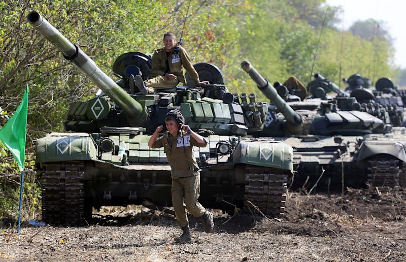 Pro-Russian separatists take part in military drills near the eastern Ukrainian town of Torez, on September 24, 2015 (AFP Photo/Aleksey Filippov)