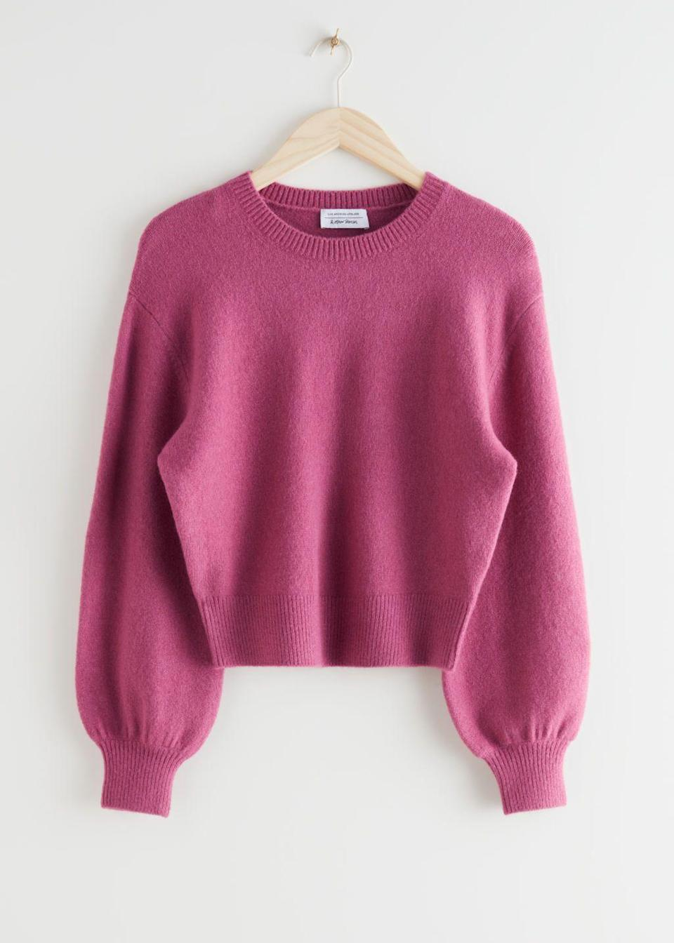 """<p>Color rosa fragola, il maglione girocollo di<strong> & Other Stories </strong>dal fit rilassato.</p><p><a class=""""link rapid-noclick-resp"""" href=""""https://www.stories.com/en_eur/clothing/knitwear/sweaters/product.relaxed-sweater-red.0617627029.html"""" rel=""""nofollow noopener"""" target=""""_blank"""" data-ylk=""""slk:39 euro su Stories.com"""">39 euro su Stories.com</a></p>"""