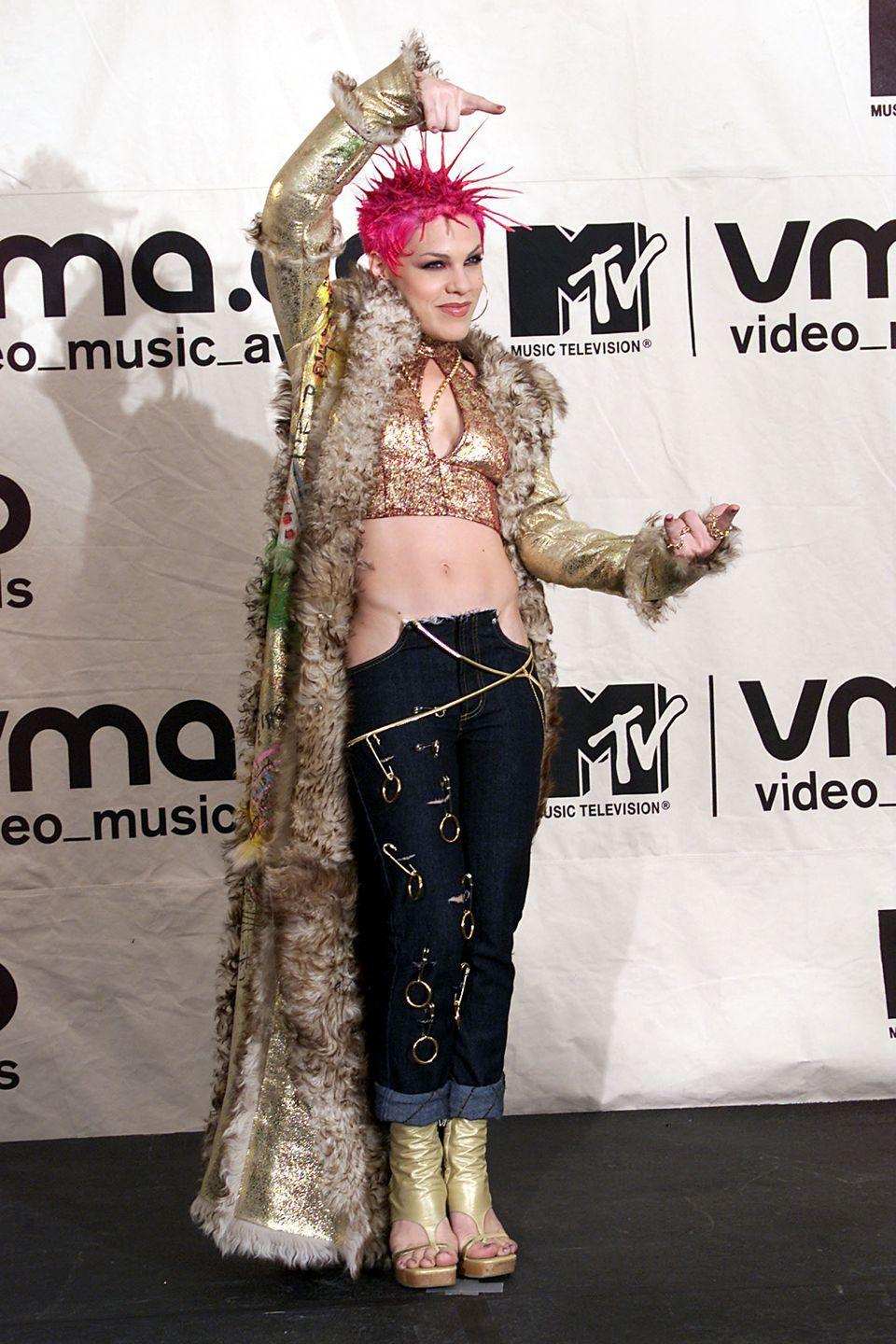 <p>Could this BE any more rock n roll? Pink upped her edge for the 2000 VMAs.</p>