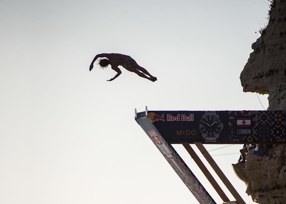 Gary Hunt, en el momento de realizar el salto perfecto durante la prueba de Beirut de la Red Bull Cliff Diving World Series 2019. (Foto: Elizabeth Fitt / SOPA Images / LightRocket / Getty Images).