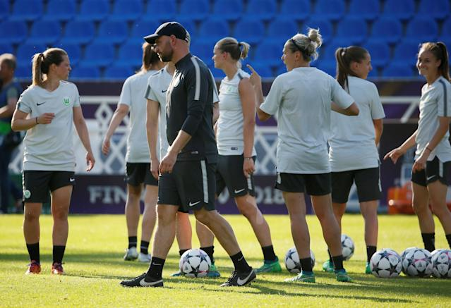 Soccer Football - Women's Champions League - VfL Wolfsburg Training - Valeriy Lobanovskyi Stadium, Kiev, Ukraine - May 23, 2018 Wolfsburg coach Stephan Lerch and players during training REUTERS/Gleb Garanich