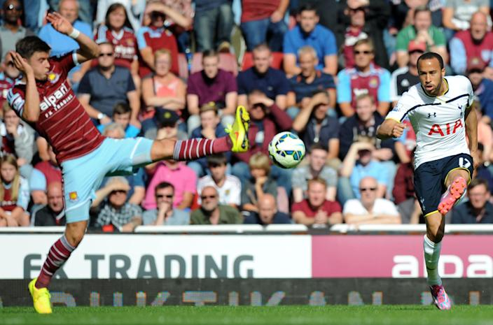 West Ham United's defender Aaron Cresswell (L) vies with Tottenham Hotspur's midfielder Andros Townsend (R) during their English Premier League football match on August 16, 2014 (AFP Photo/Olly Greenwood )
