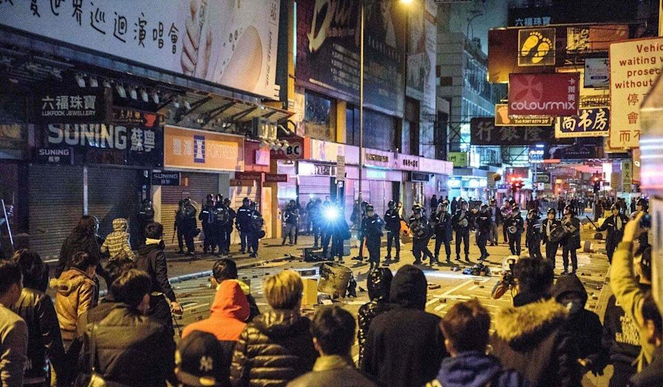 Protesters and police clash on a street during demonstrations in Mong Kok, on February 9, 2016. Photo: AFP