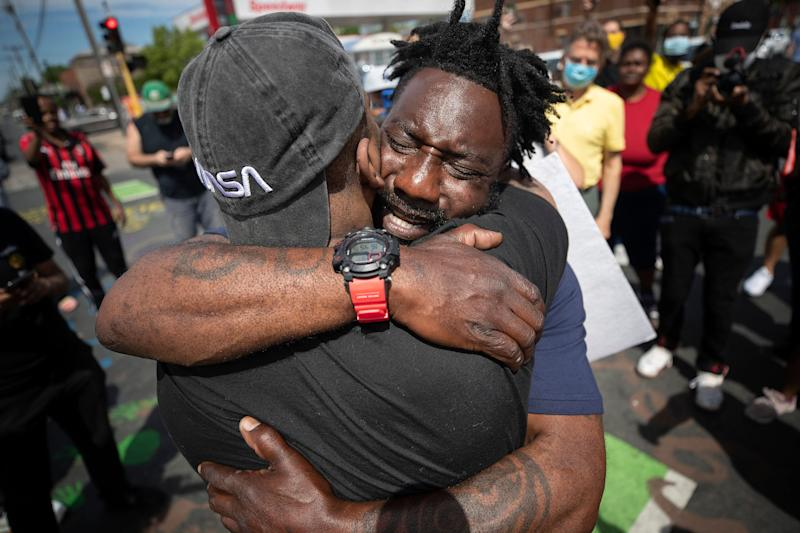 <strong>Former Minnesota Gopher and NFL football player Tyron Carter pleads with protesters not to tear up their city.</strong> (Photo: ASSOCIATED PRESS)