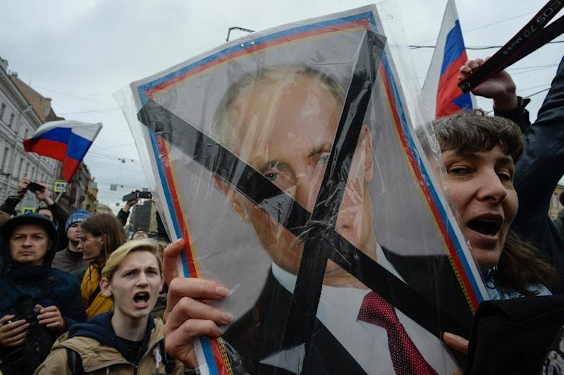 Opposition supporters attended an unauthorized anti-Putin rally called by opposition leader Alexei Navalny on May 5 in Saint Petersburg, two days ahead of Vladimir Putin's inauguration for a fourth Kremlin term. (AFP Photo/Olga MALTSEVA                       )